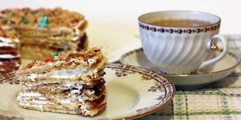 Кусок вафельного торта с белковым кремом