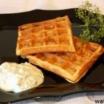 Картофельные вафли с огуречно-сметанным соусом