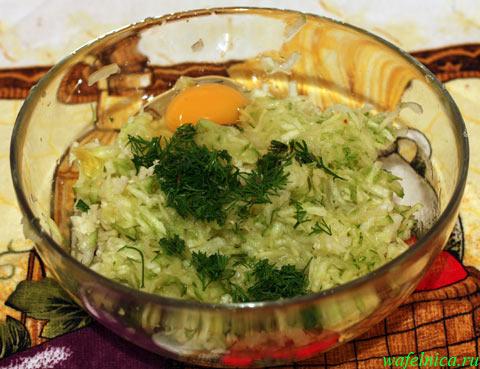 В тёртый кабачок добавили укроп и яйцо