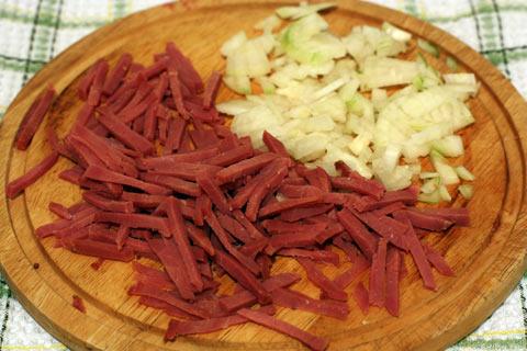 Варёно-копчёную говядину и лук нарезать