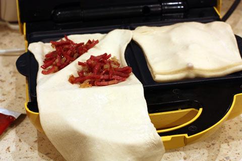 Тесто с начинкой в сэндвичнице